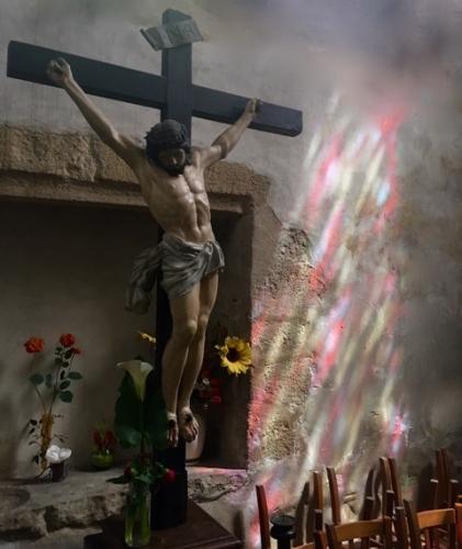 Crucifix église lumière vitraux.jpeg